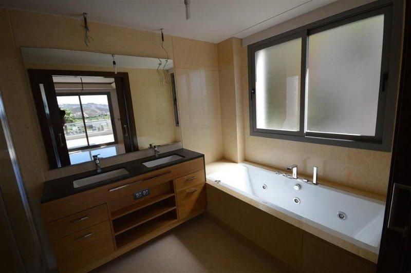 Piso Para Baño Turco:Piso de 2 Dormitorios y 2 Baños en venta en Benahavís – CI1011