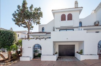 Townhouse with Sea Views for sale in Villa Padierna
