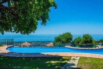 5 bedroom villa in la mairena, marbella